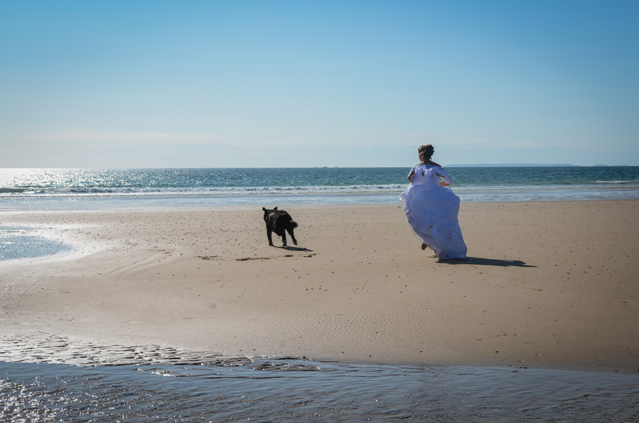 Photo trash the dress en Normandie, dans la manche au bord de la mer, image d'amoureux