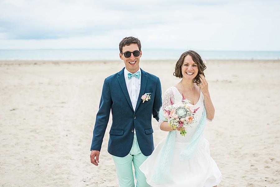 photo-de-mariage-au-chateau-de-surville-dans-la-manche-à-la-plage-avec-de-l'emotion-de-l'amour-chic-et-boheme-à-cherbourg-en-normandie