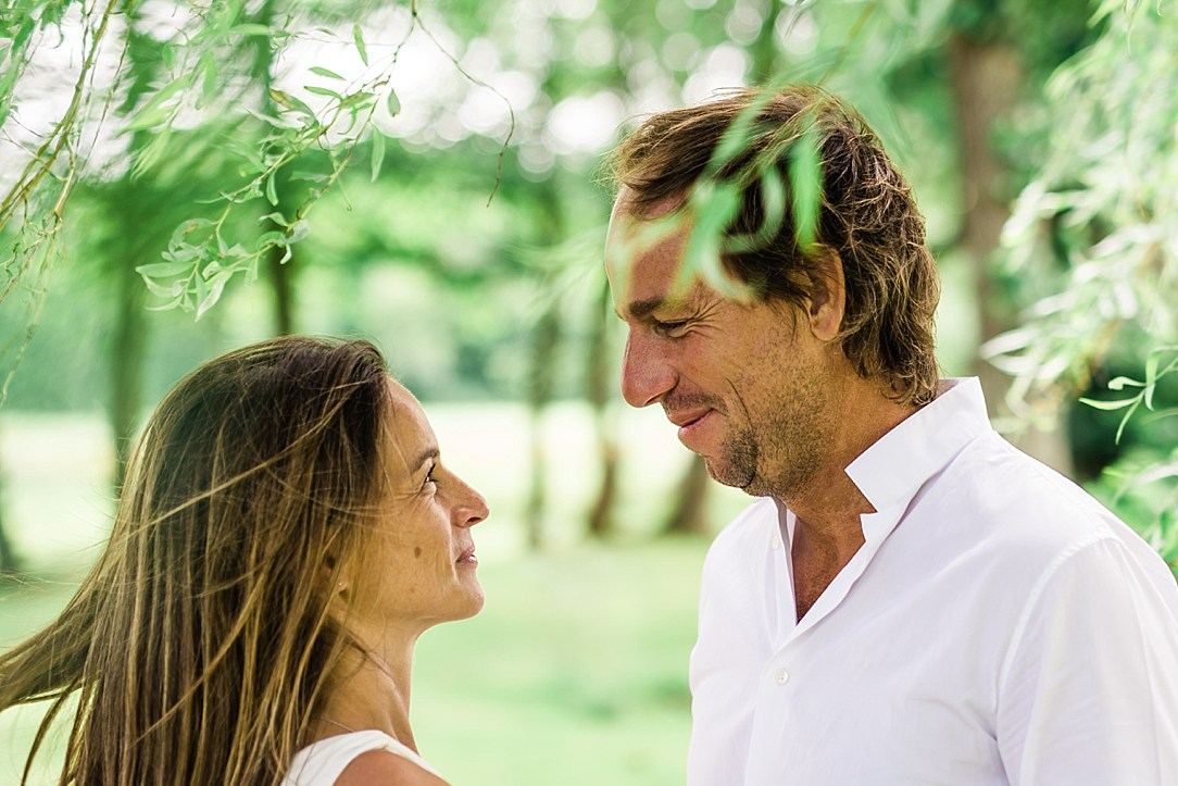 photo-de-mariage-luxueux-en-normandie-dans-la-manche-avec-robe-de-creatrice-photographe-de-mariage-et-evenementiel-en-soirée-pour-reportage-complet